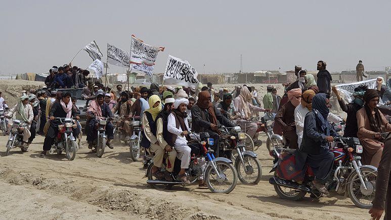 Afganistan'da Taliban'dan kaçış: Kandahar'da 150 bin kişi evlerini terk etti