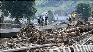 عمال الوكالة الفيدرالية الألمانية للطوارئ يطلعون على الأضرار التي أحدثتها الفيضانات منتصف شهر تموز/يوليو 2021 في محيط مدينة باد نوينار أرفايلر غربي البلاد.