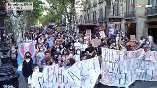 شاهد | مسيرة في برشلونة ضدّ رهاب المثلية بعد جريمة قتل