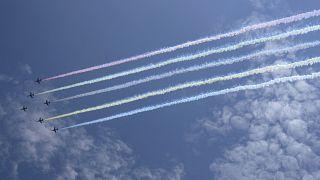 Die japanischen Selbstverteidigungskräfte fliegen über Tokio