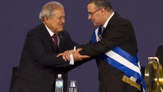 A la izquierda, Salvador Sánchez Cerén, y a la derecha, Mauricio Funes, durante la ceremonia de juramento de Sánchez. El Salvador, el 1 de junio de 2014.