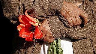 Már 2007-ben is fejeztek le tolmácsot a tálibok, egy afgán férfi kezében a kegyelet virága
