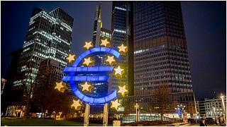 شعار منطقة اليورو في إحدى ساحات مدينة فرانكفورت بألمانيا