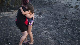 طفلة تبكي في أحضان والدتها - حرائق كندا