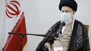 آية الله علي خامنئي، الزعيم الإيراني في مؤتمر صحفي في طهران، إيران.