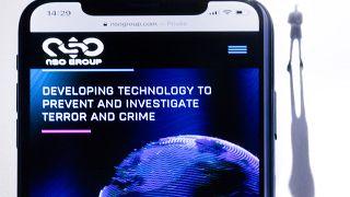 """هاتف ذكي مع موقع الويب الخاص بمجموعة """"أن أس أو"""" الإسرائيلية والذي يتميز ببرنامج التجسس """"بيغاسوس"""" المعروض في باريس. 2021/07/21"""