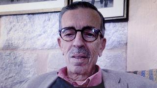 الروائي اللبناني جبور الدويهي خلال مقابلة مع فرانس برس (أرشيف)