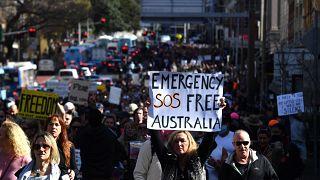 A koronavírus-járvány miatt elrendelt korlátozások ellen tüntetnek az ausztráliai Sydneyben 2021. július 24-én. A felirat szabadságot követel Ausztráliának.