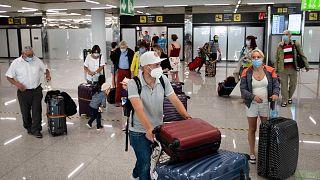 يصل السياح إلى مطار سون سانت جوان في بالما دي مايوركا، إسبانيا، 28 يونيو 2021