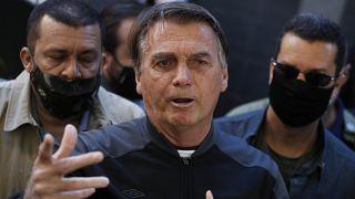 El presidente de Brasil, Jair Bolsonaro, habla con periodistas tras recuperarse de una obstrucción intestinal en Sao Paulo, Brasil, el 18 de julio de 2021.