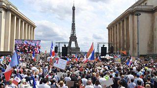 متظاهرون يشاركون في احتجاج ضد التطعيم الإجباري لبعض العمال والاستخدام الإلزامي للشهادة الصحية التي دعت إليها الحكومة الفرنسية، باريس، فرنسا، 24 يوليو 2021