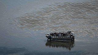 """يقف الزوار على متن قارب أثناء رحلتهم إلى منارة """"كوردوان"""" قبالة ساحل لو فيردون سور مير، جنوب غرب فرنسا، 10 يونيو 2021"""