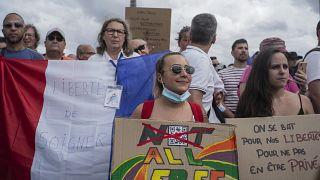 Miles de manifestantes se reúnen en la Plaza Trocadero, cerca de la Torre Eiffel, para asistir a una manifestación en París, Francia, el  24 de julio de 2021.