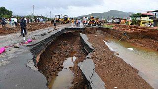 يتجمع الناس على طول جزء من الطريق السريع الذي جرفته الأمطار جزئيًا في ولاية ماهاراشترا الغربية، الهند، 24 يوليو 2021