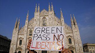 Proteste anti-Green Pass davanti al Duomo di Milano.