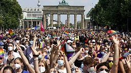 """In oltre 80.000 al """"Berlin Pride"""": Berlino ha sfilato per i diritti LGBT in Ungheria e Polonia"""