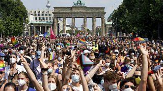 Marea umana davanti alla Porta di Brandeburgo, a Berlino.