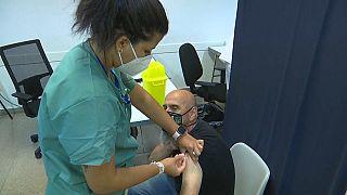 España iguala al Reino Unido en número de vacunados con pauta completa