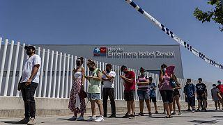 """Una coda infinita al centro di vaccinazione dell'ospedale """"Isabel Zendal"""" di Madrid."""