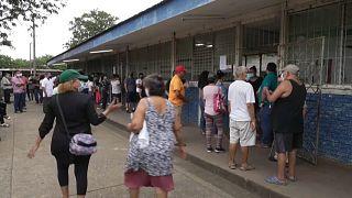 Nicaragüenses hacen cola para revisar su inscripción en el padrón electoral
