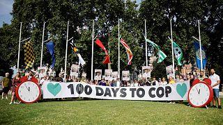 متظاهرون بشأن تغير المناخ يتظاهرون في ساحة البرلمان للاحتجاج على سياسة المناخ الحكومية بمناسبة مرور 100 يوم على قمة جلاسكو للمناخ في لندن، 23 يوليو 2021