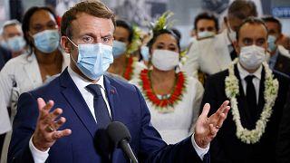 الرئيس الفرنسي إيمانويل ماكرون يتحدث إلى الأطباء والممرضات العاملين في مستشفى بولينيزيا الفرنسية، 24 يوليو 2021