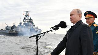 Putin, Rus Donanması Günü dolayısıyla St.Petersburg kentinde düzenlenen deniz geçit törenine katıldı.