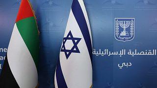 العلمان الوطنيان لدولة الإمارات العربية المتحدة (إلى اليسار) وإسرائيل، جنبًا إلى جنب في القنصلية الإسرائيلية الجديدة في دبي، 30 يونيو 2021