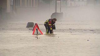 Un operario intenta levantar la tapa de una alcantarilla en Lucerna, Suiza 25/7/2021