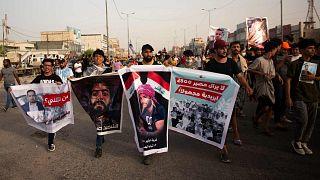 عراقيون يتظاهرون في مدينة البصرة الجنوبية للمطالبة بمحاسبة المتسببين في موجة القتل الأخيرة التي استهدفت النشطاء، 25 مايو 2021