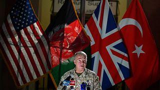 رئيس القيادة المركزية الأمريكية، الجنرال كينيث ماكنزي، يتحدث خلال مؤتمر صحفي في مقر السفارة الأمريكية في كابول، أفغانستان، 25 يوليو 2021