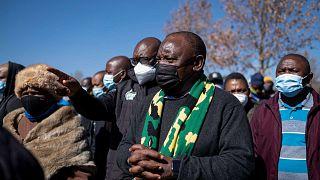 رئيس جنوب إفريقيا سيريل رامافوزا (وسط) يزور مركز مابونيا التجاري، سويتو، جوهانسبرغ، جنوب إفريقيا، 18 يوليو 2021