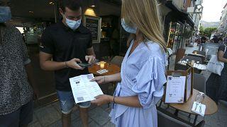Vorzeigen des Impf- und Testnachweises beim Betreten einer Gaststätte