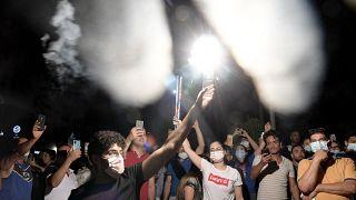 احتفلات في تونس بعد أن أعلن الرئيس التونسي حل البرلمان وحكومة رئيس الوزراء هشام المشيشي