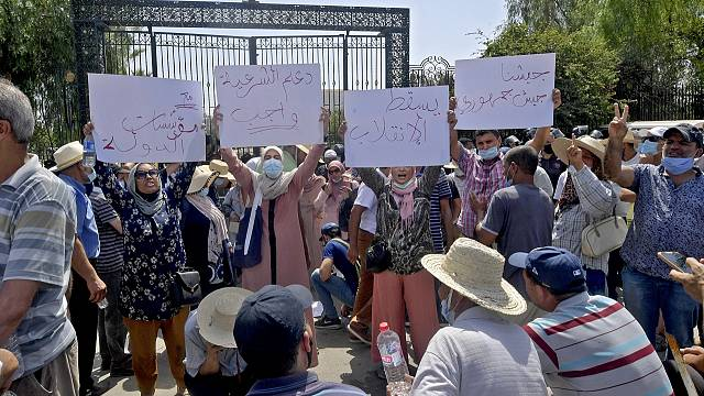 Tunisia: Ennahda party supporters protest the Parliament's suspension