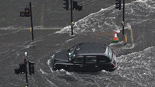 Londoni taxi próbál átvágni a vízen 2021 július 25-én