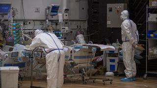 Koronavírussal fertőzött betegeket ápolnak az észak-izraeli Zefat Ziv Kórházában 2021. február 2-án