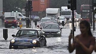 auto su una strada allagata nel quartiere di Nine Elms a Londra il 25 luglio 2021