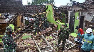 أضرار تسبب بها زلزال ضرب إندونيسيا في نيسان/أبريل الفائت
