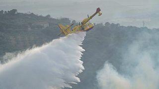 طائرة صهريج تلقي المياه من الجو لإخماد النيران قرب أوريستانو في جزيرة سردينيا. 2021/07/26