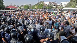محتجون تونسيون أمام مقر البرلمان