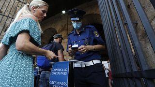 Los certificados covid son controlados por la seguridad en el Coliseo de Roma.