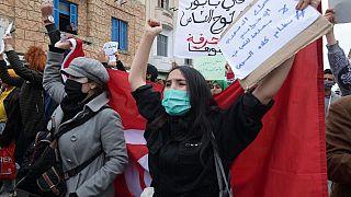 """Crisis en Túnez, entre el entusiasmo de unos y las denuncias de """"golpe de Estado"""" de otros"""