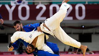 Sudanlı judocu Muhammed Rasul, Cezayirli judocu Fethi Nourine'nin ardından İsrailli judocu Tohar Butbul (beyaz kıyafetli) ile karşılaşmamak için olimpiyatlardan çekildi