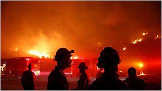 رجالُ الإطفاء يواصلون العمل من أجل إخماد الحرائق في ولاية كاليفورنيا بالولايات المتحدة 26 تموز/يوليو 2021