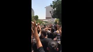 صورة من مقطع مصوّرة منشور على وسائل التواصل الاجتماعي لمسيرة احتجاجية وسط العاصمة الإيرانية، طهران، 26 تموز/يوليو 2021