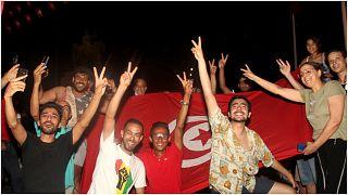 تونسيون يحتفلون بإعلان الرئيس قيس سعيد تجميد عمل البرلمان وإعفاء رئيس الحكومة هشام المشيشي من منصبه 25 تموز/يوليو 2021