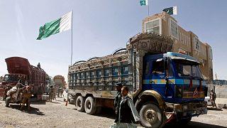 Afganistan ile Pakistan arasındaki Çemen-Spin Boldak Sınır Kapısı. Sınırın Pakistan tarafından Afganistan'a hareket eden kamyonlar