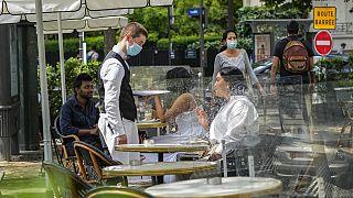 Auf der Terrasse eines Cafés in Paris
