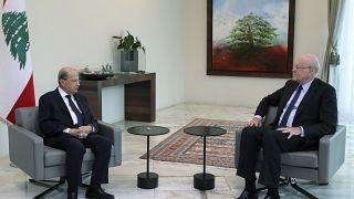 الرئيس اللبناني ميشال عون خلال لقائه رئيس الوزراء اللبناني السابق نجيب ميقاتي في بيروت. 2021/07/26